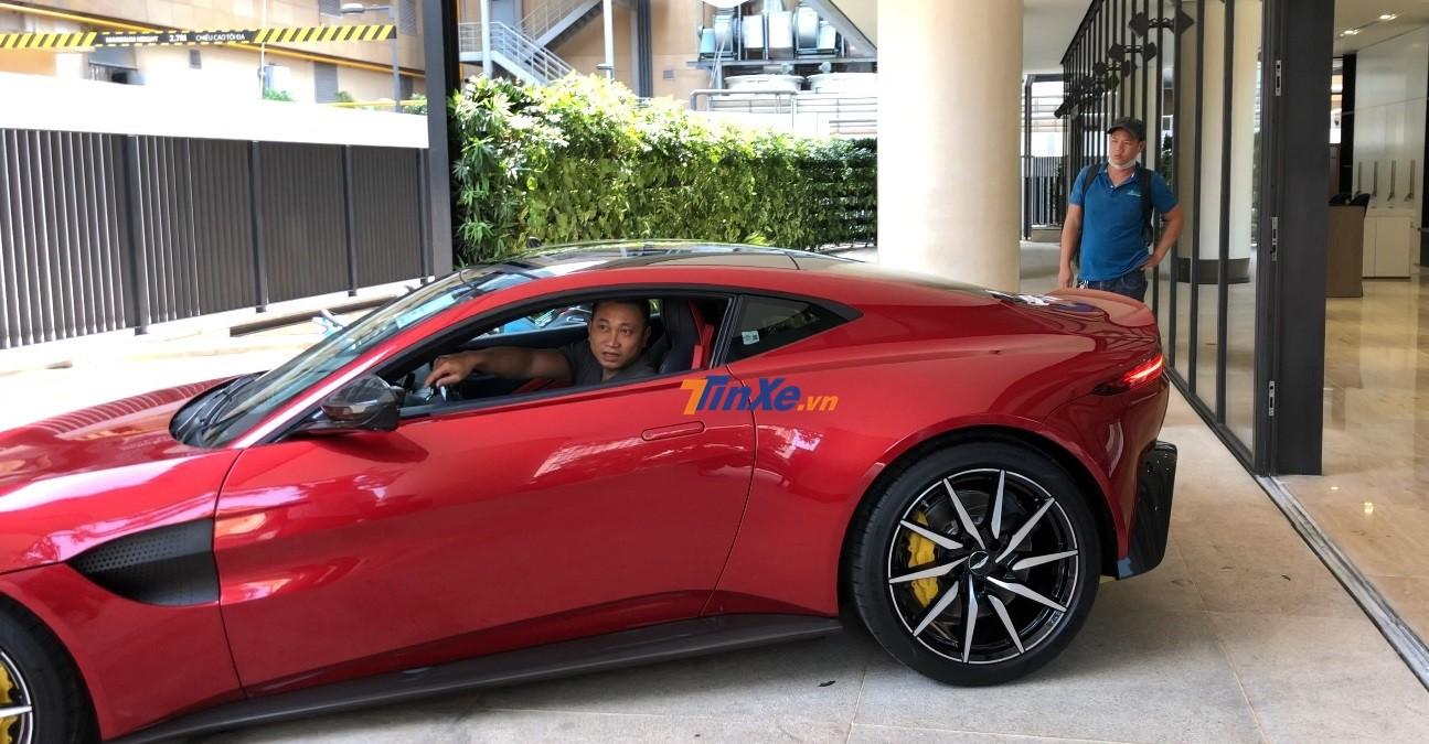 Giám đốc Aston Martin Việt Nam nhờ 1 người canh dùm trước đầu xe xem có chạm gầm hay không