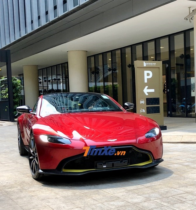 Chiếc siêu xe ngay khi có mặt tại đại lý Aston Martin Việt Nam đã được vận chuyển vào bên trong