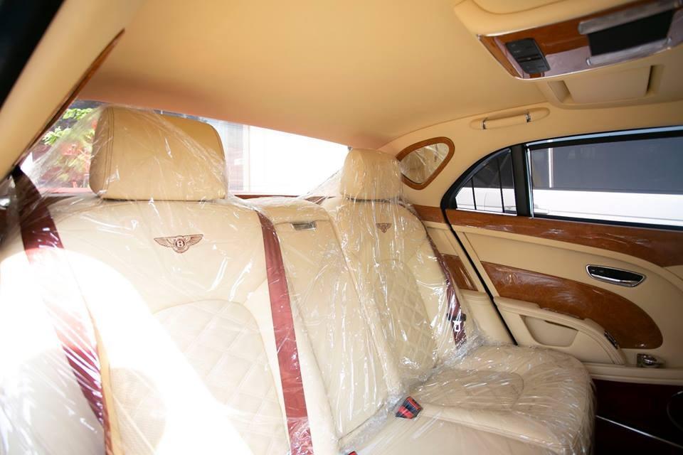 Nội thất xe có các điểm nhấn màu tím như dây đai an toàn hay phần da bọc vô-lăng