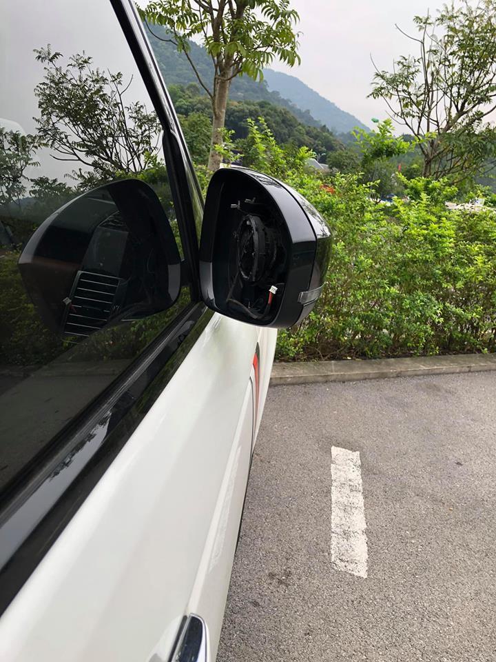 Cả 3 chiếc Range Rover này sau đó bị kẻ gian vặt mất mặt gương