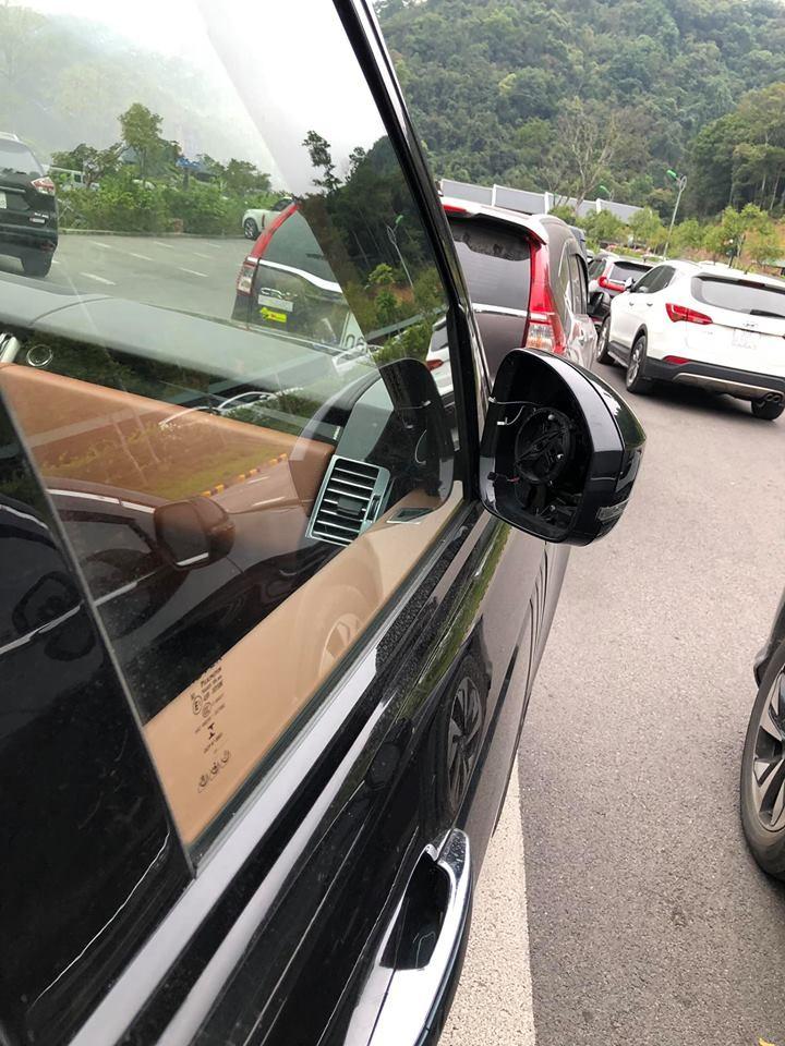 Mặt gương của chiếc Range Rover SVAutobiography xanh lục-đen cũng không cánh mà bay