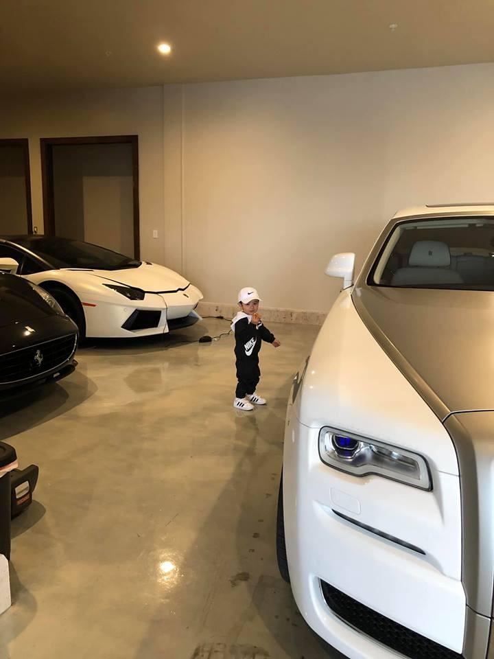 Con trai của vợ chồng Đan Trường đứng giữa bộ 3 siêu xe và xe siêu sang