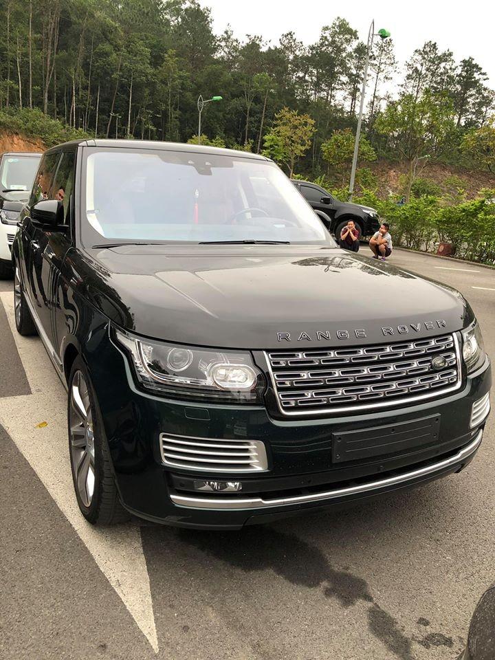 2 chiếc Range Rover SVAutobiography siêu đắt bị kẻ gian vặt mặt gương