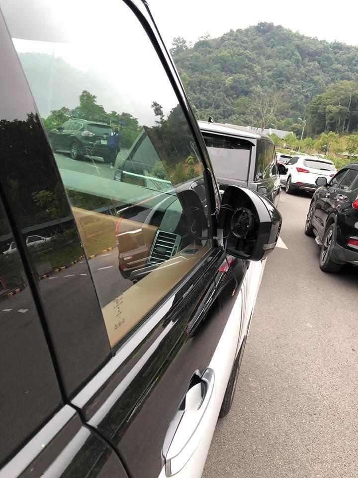 Còn đây là mặt gương của Range Rover SVAutobiography 2 màu trắng đen bị kẻ gian lấy đi
