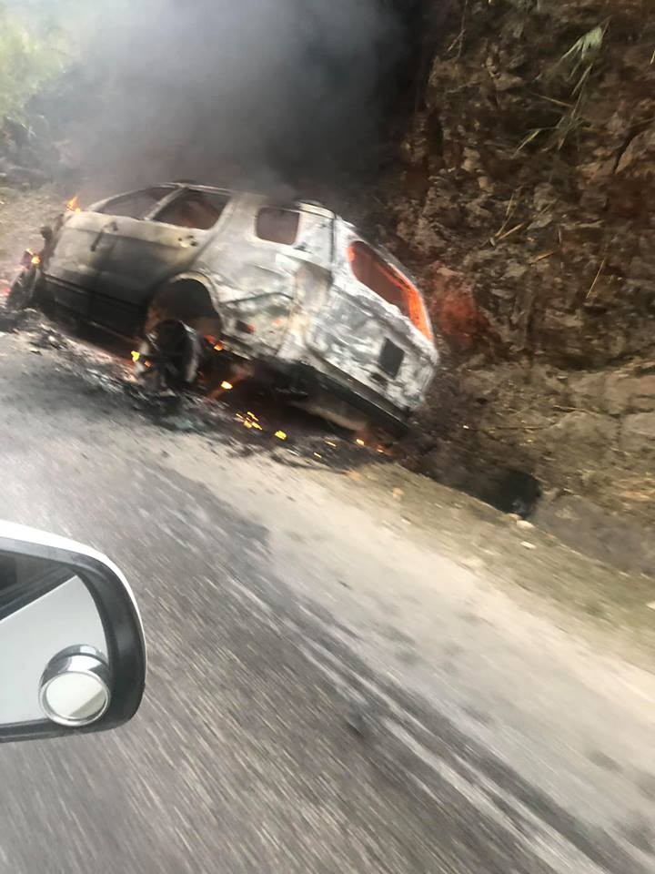 Hiện tại chiếc xe đã cháy trơ khung trên đèo Thung Khe