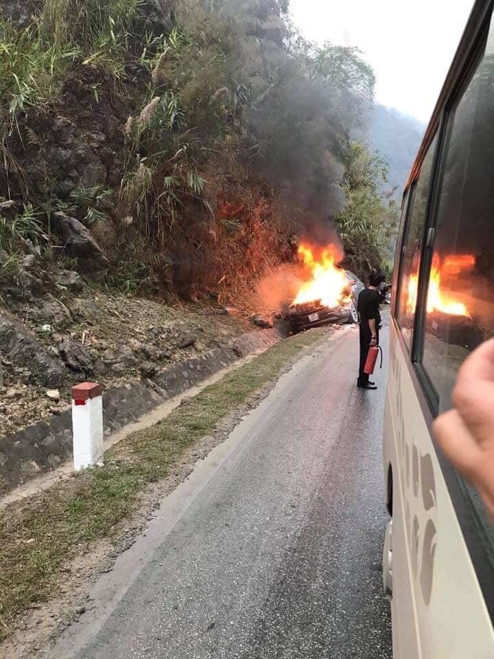 Đám cháy dữ dội từ chiếc ô tô từ chối mọi nỗ lực dập lửa của chủ xe cũng như những người xung quanh