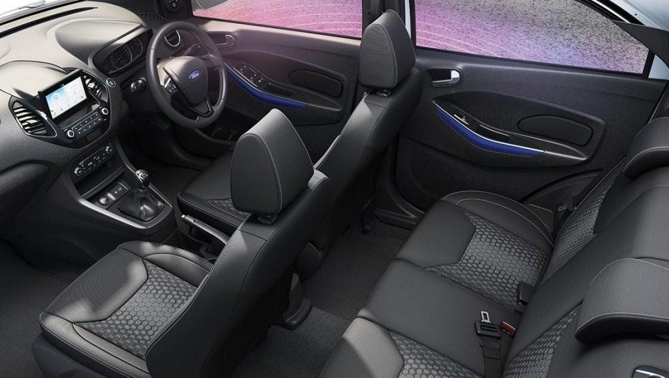 Bên trong Ford Figo Titanium Blu 2019 cũng có một số chi tiết màu xanh dương