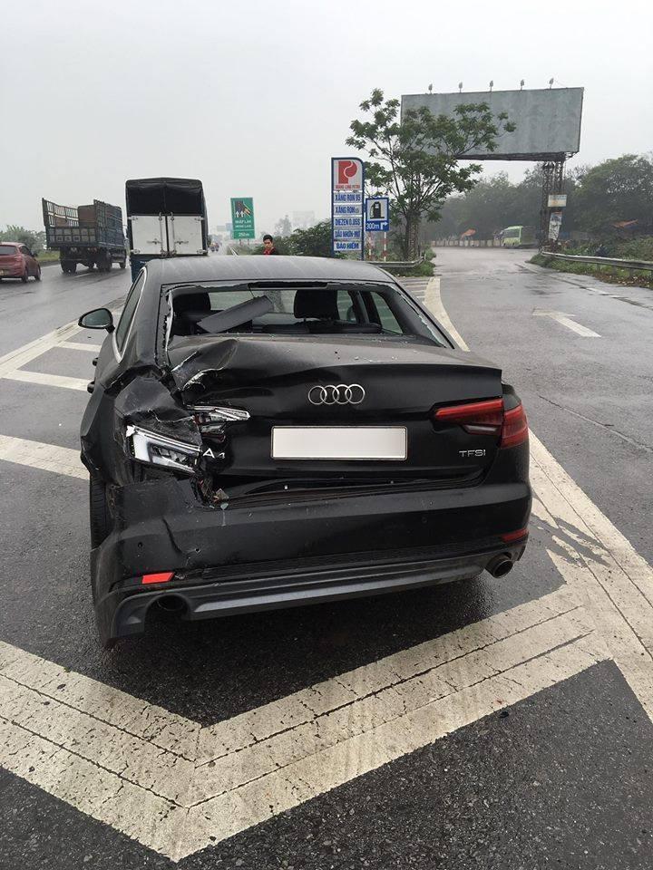 Chiếc Audi A4 bị biến dạng đuôi xe sau tai nạn
