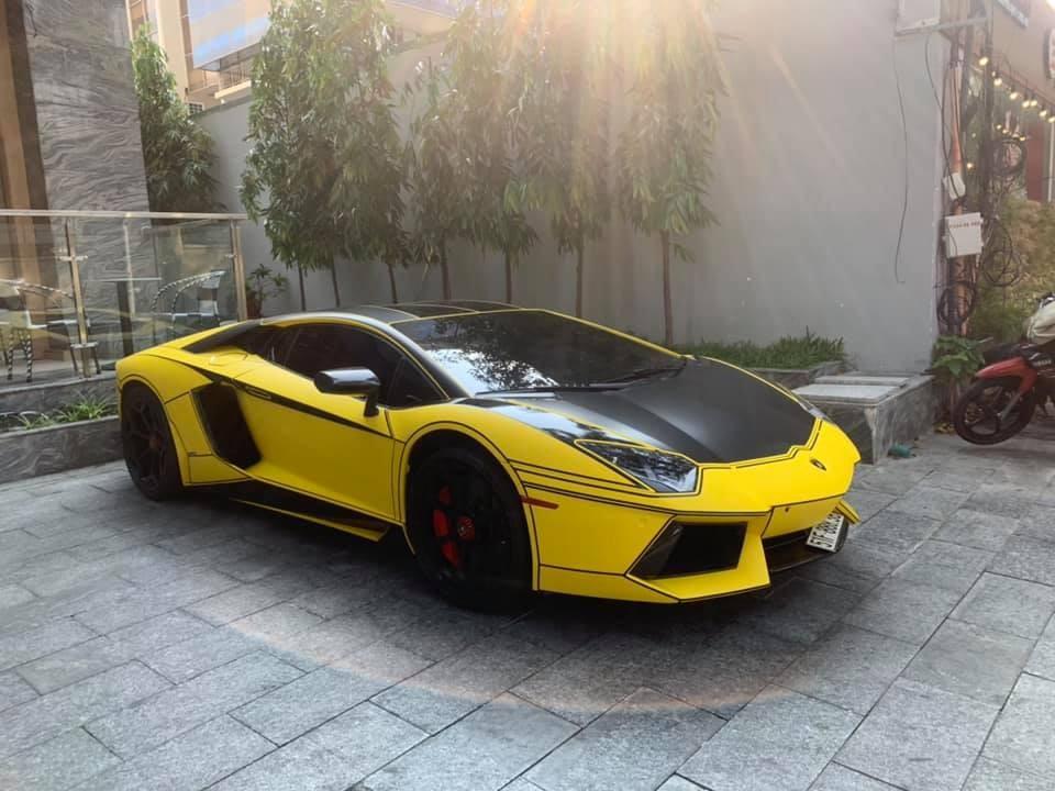 Ngoại thất xe mang màu vàng nhám kết hợp cùng màu đen nhám và sợi carbon