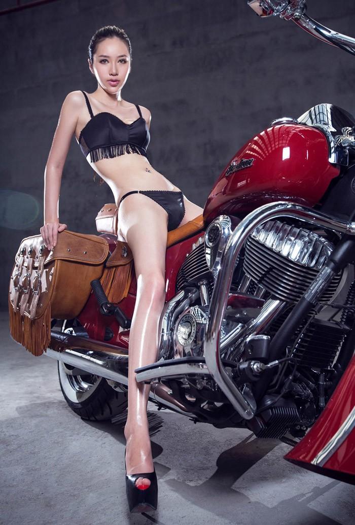 Bổ mắt cuối tuần với người mẫu khoe vòng 3 tròn lẳn bên chiếc mô tô phân khối lớn - 6