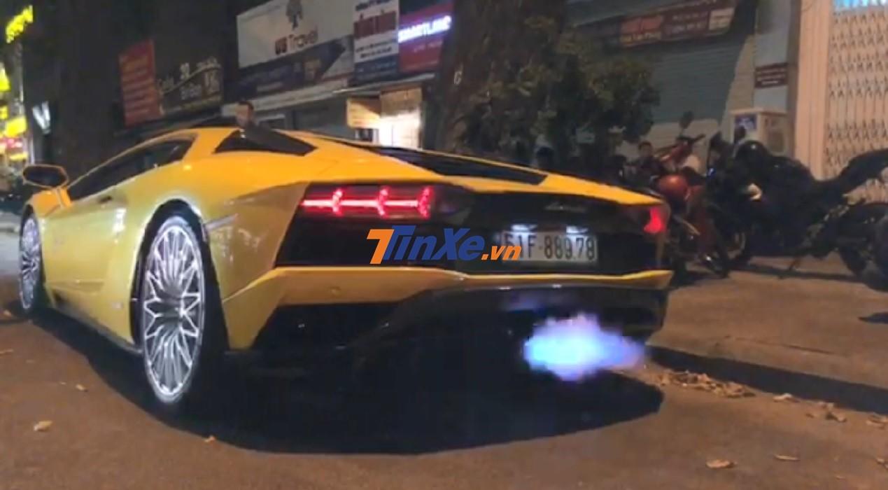Siêu xe Lamborghini Aventador S LP740-4 nẹt pô khạc lửa