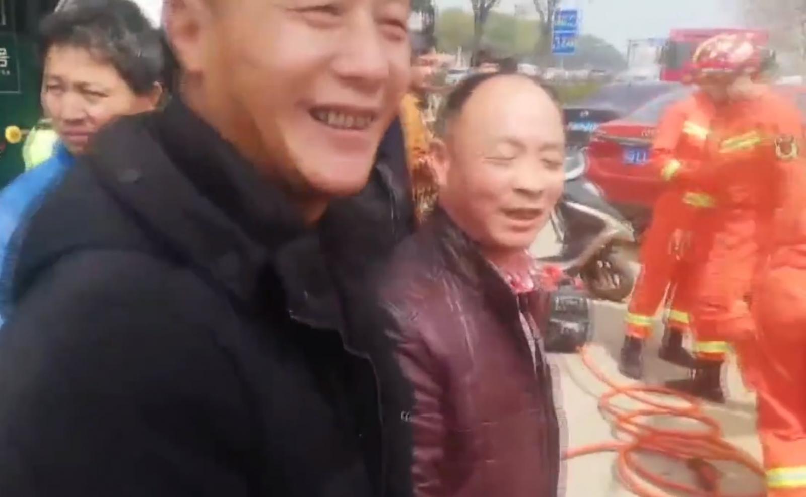 Ông Xiao Wang cười tươi sau khi được giải cứu khỏi tình huống trớ trêu