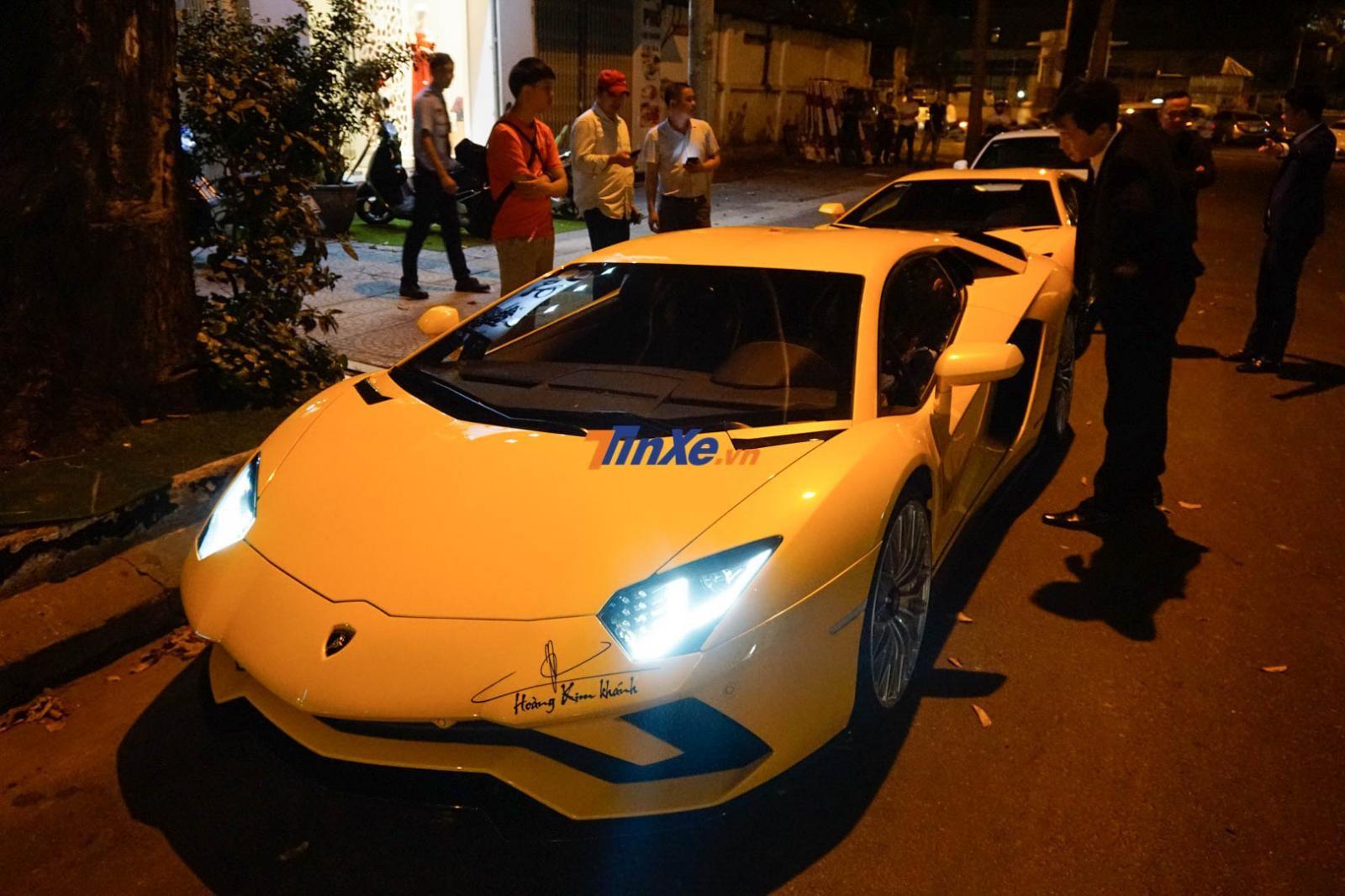 Chủ nhân mua chiếc siêu xe Aston Martin V8 Vantage chính hãng đầu tiên tại Việt Nam lái siêu xe Lamborghini Aventador S LP740-4 khi ra về