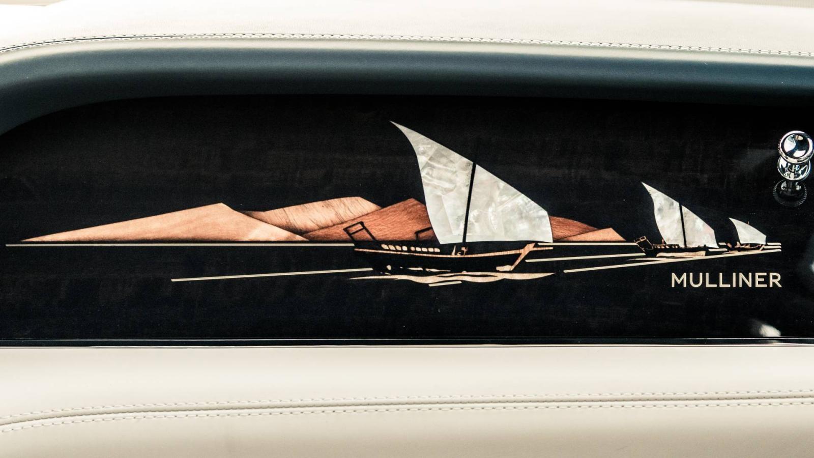 Hình ảnh đoàn thuyền đi lặn ngọc trai trên mặt táp-lô của Bentley Bentayga Pearl Of The Gulf