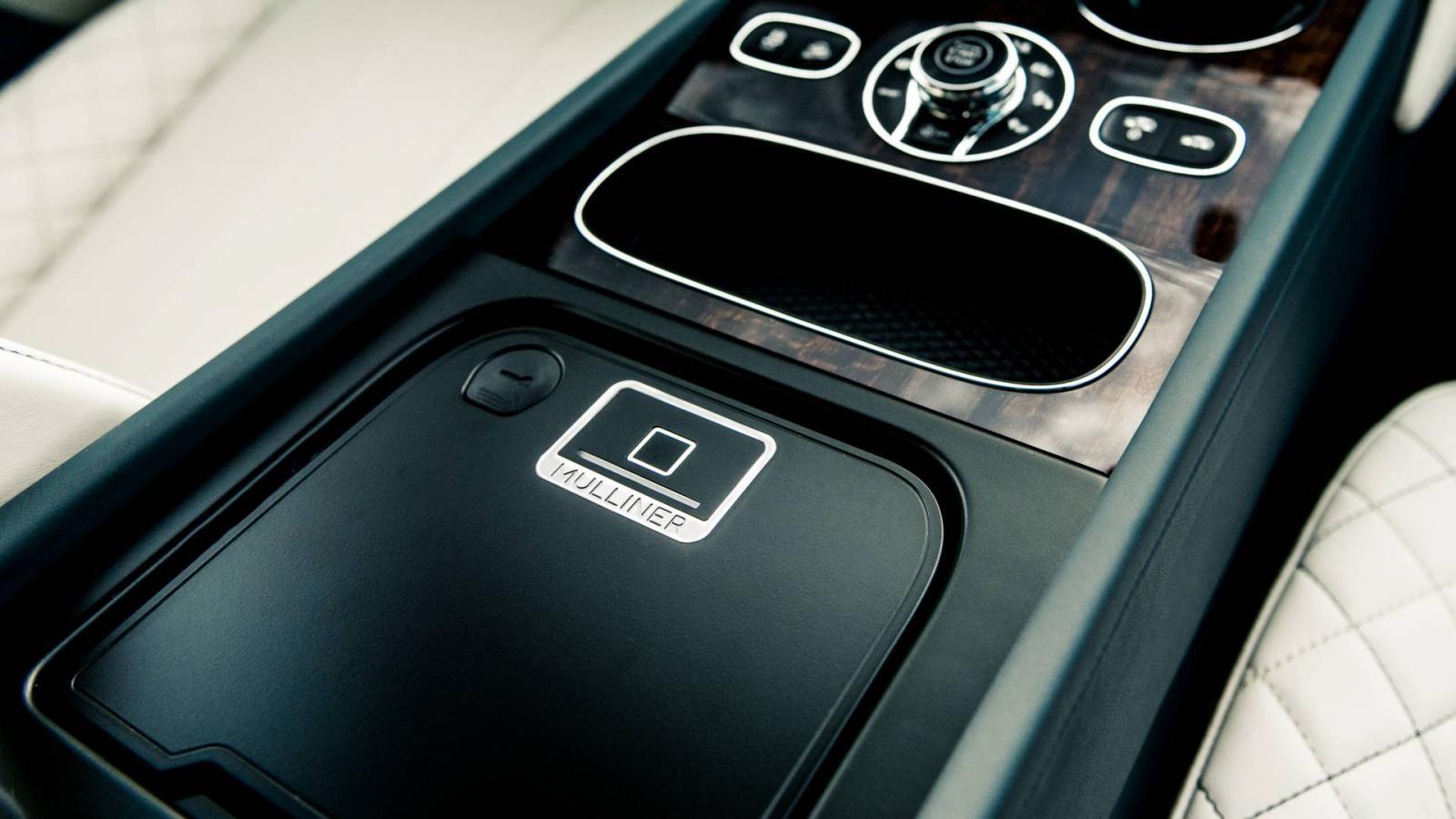 Bên dưới bệ tì tay trung tâm của Bentley Bentayga Pearl Of The Gulf có ngăn chứa đồ bằng nhôm đúc