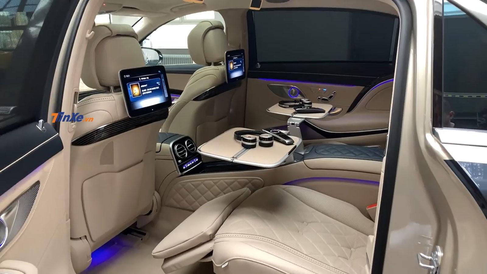 Ghế thương gia và màn hình giải trí cho hành khách phía sau của chiếc Mercedes-Maybach S560 4Matic 2019