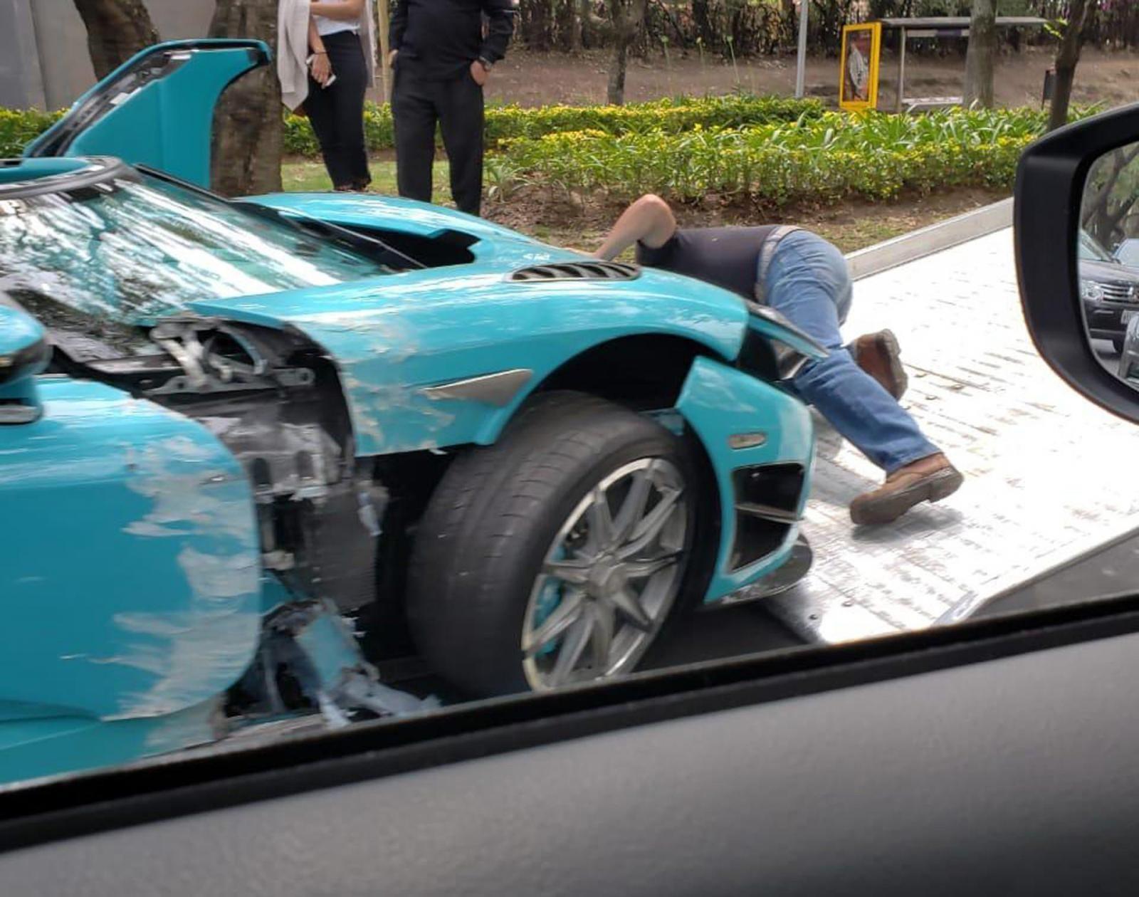 Chiếc Koenigsegg CCXR bị hư hỏng nặng và được đưa lên xe cứu hộ
