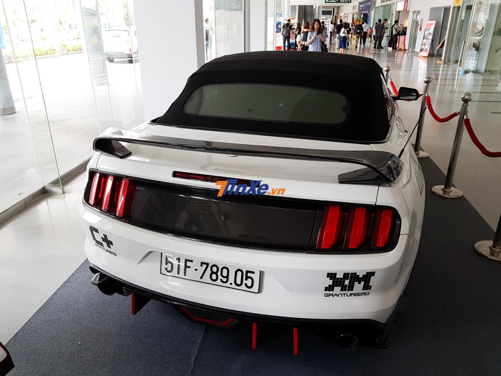 Chiếc xe này được chủ độ body kit sợi carbon