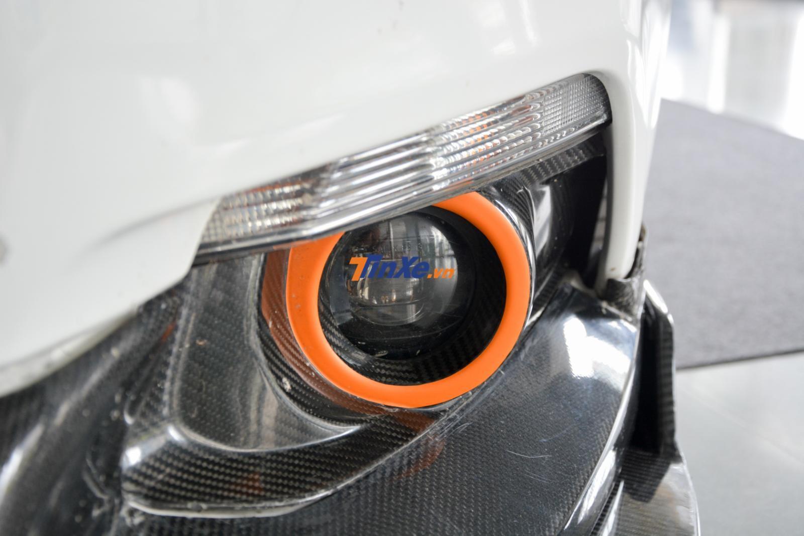Hay đèn sương mù được dán đề-can màu cam tạo điểm nhấn
