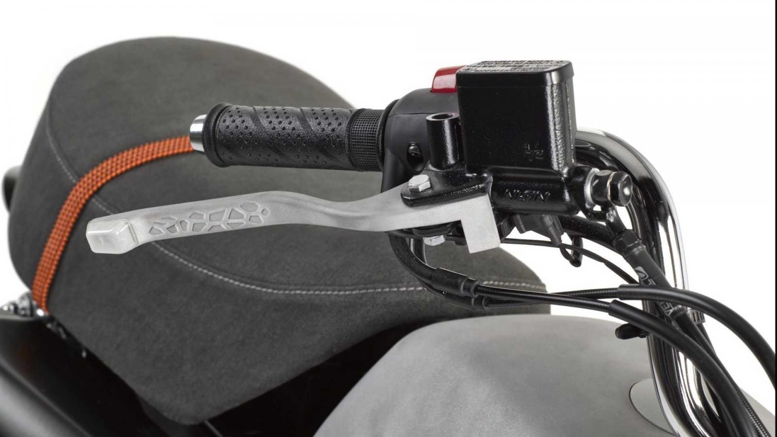Tay côn tay phanh có thiết kế rỗng, cho phép luồn dây để tích hợp đèn xinhan