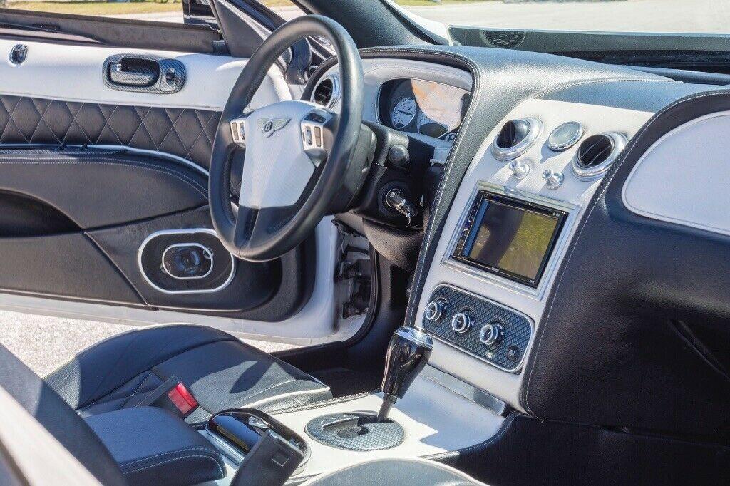 Khoang lái của xe có trang bị nhiều thứ đúng chuẩn của Bentley