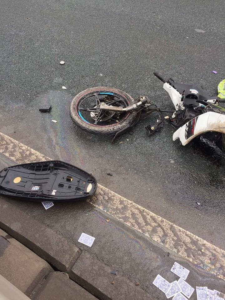Chiếc xe gắn máy tan hoang sau cú đâm mạnh trên cầu (Ảnh: Facebook)