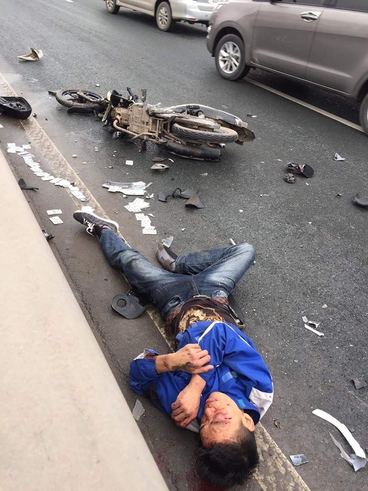 Hỉnh ảnh tại hiện trường vụ tai nạn, nam thanh niên bị trọng thương sau cú đâm mạnh (Ảnh:Facebook)