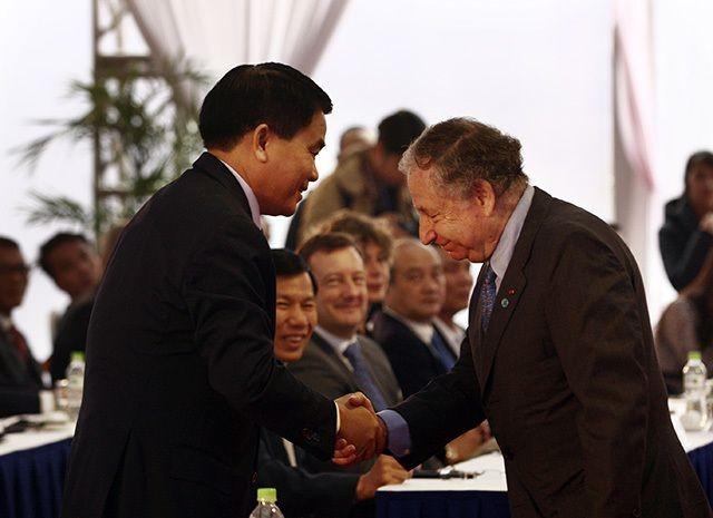 Chủ tịch UBND Thành phố Hà Nội (trái) bắt tay Chủ tịch Liên đoàn xe động cơ thể thao thế giới (FIA) tại lễ động thổ đường đua F1 tại Hà Nội