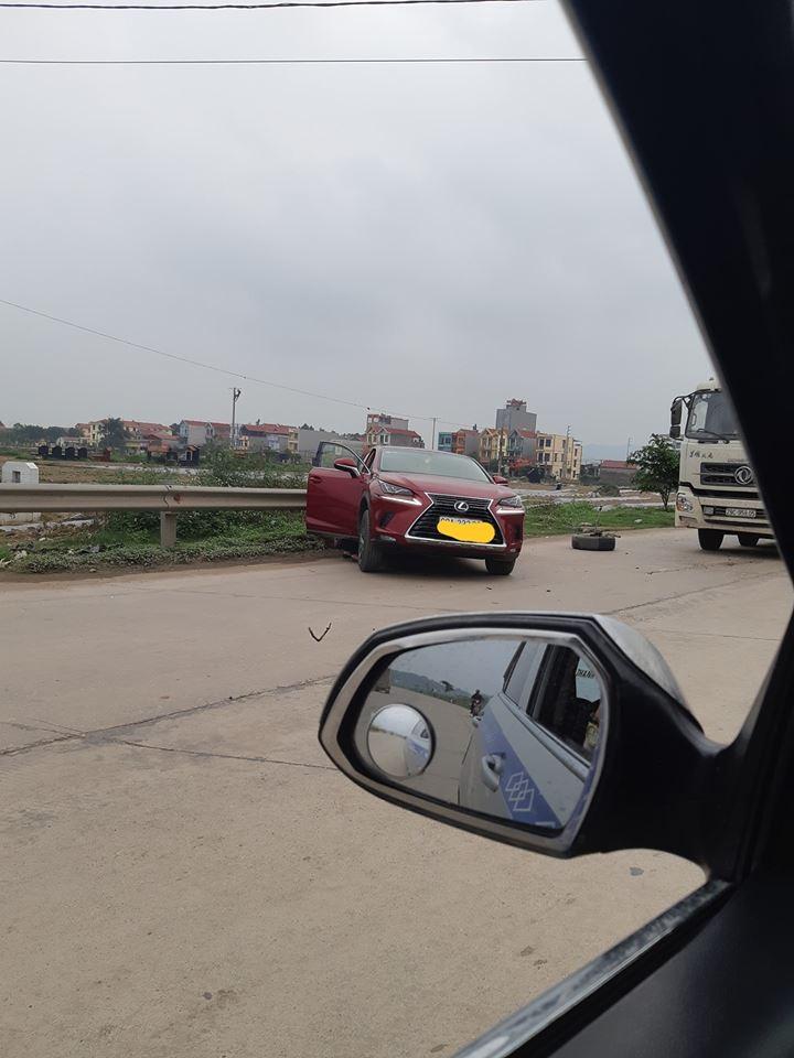 Chiếc Lexus NX nằm bên vệ đường