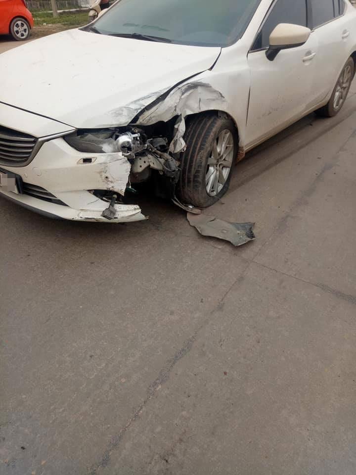 Chiếc Mazda6 bị vỡ góc đầu xe bên trái