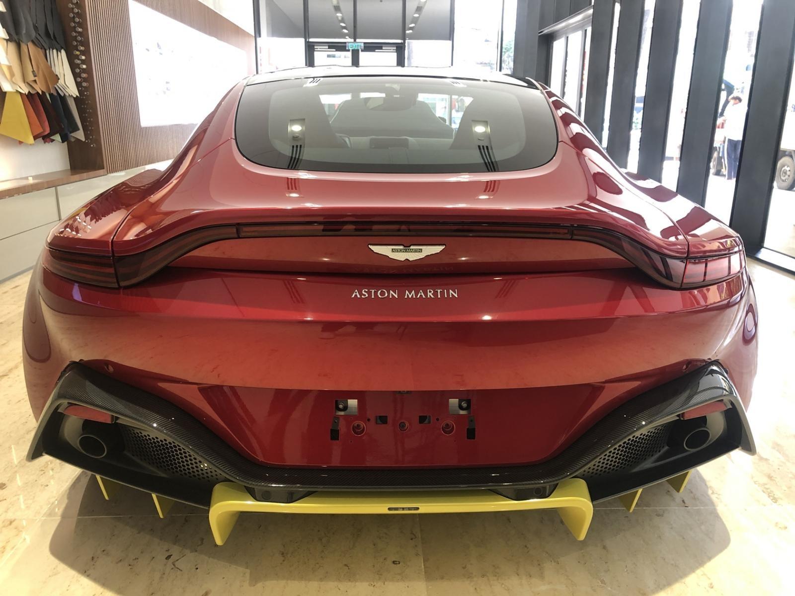 Aston Martin V8 Vantage 2018 nhìn từ phía sau