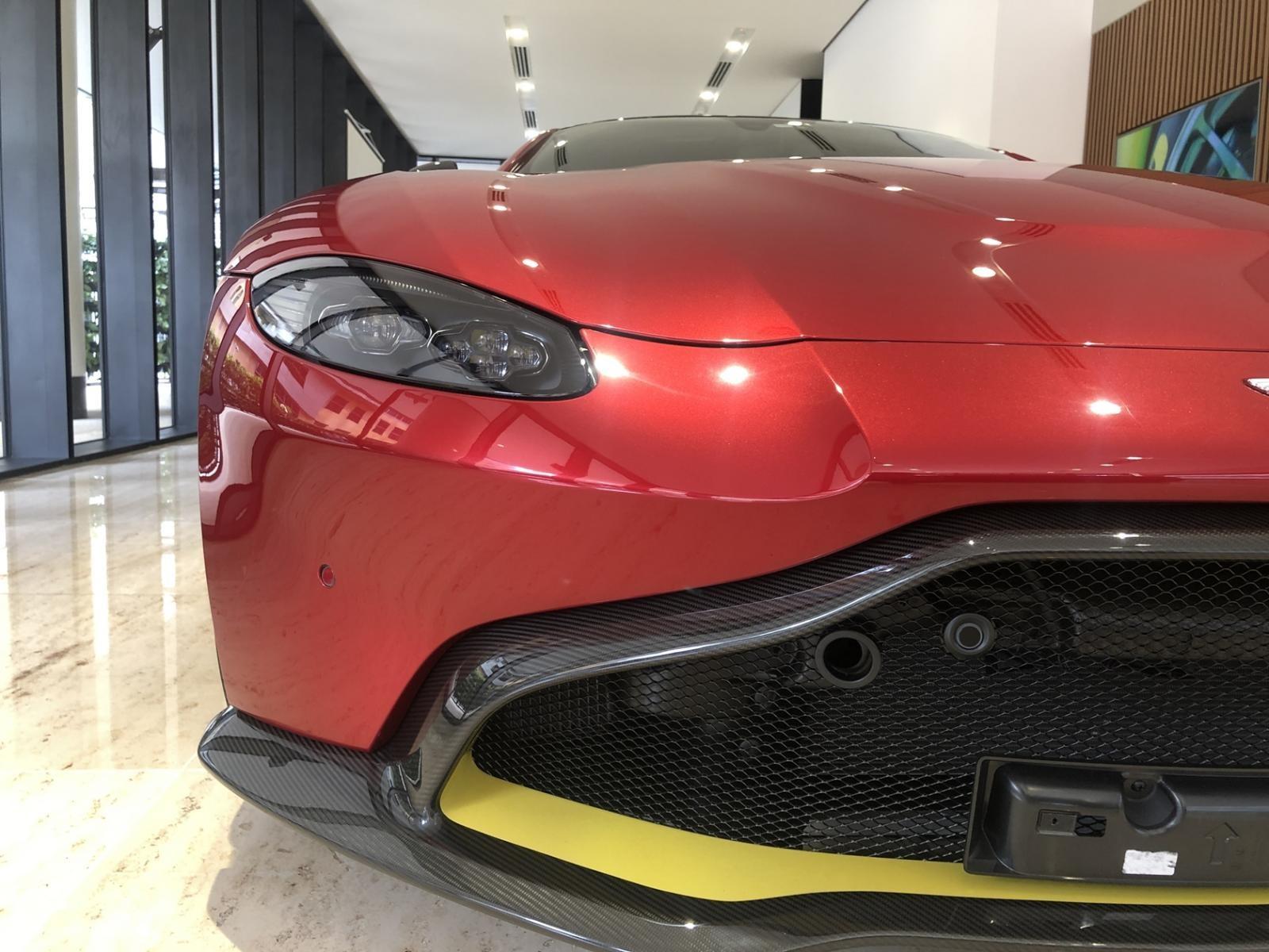 Đèn pha và lưới tản nhiệt đẹp của Aston Martin V8 Vantage 2018