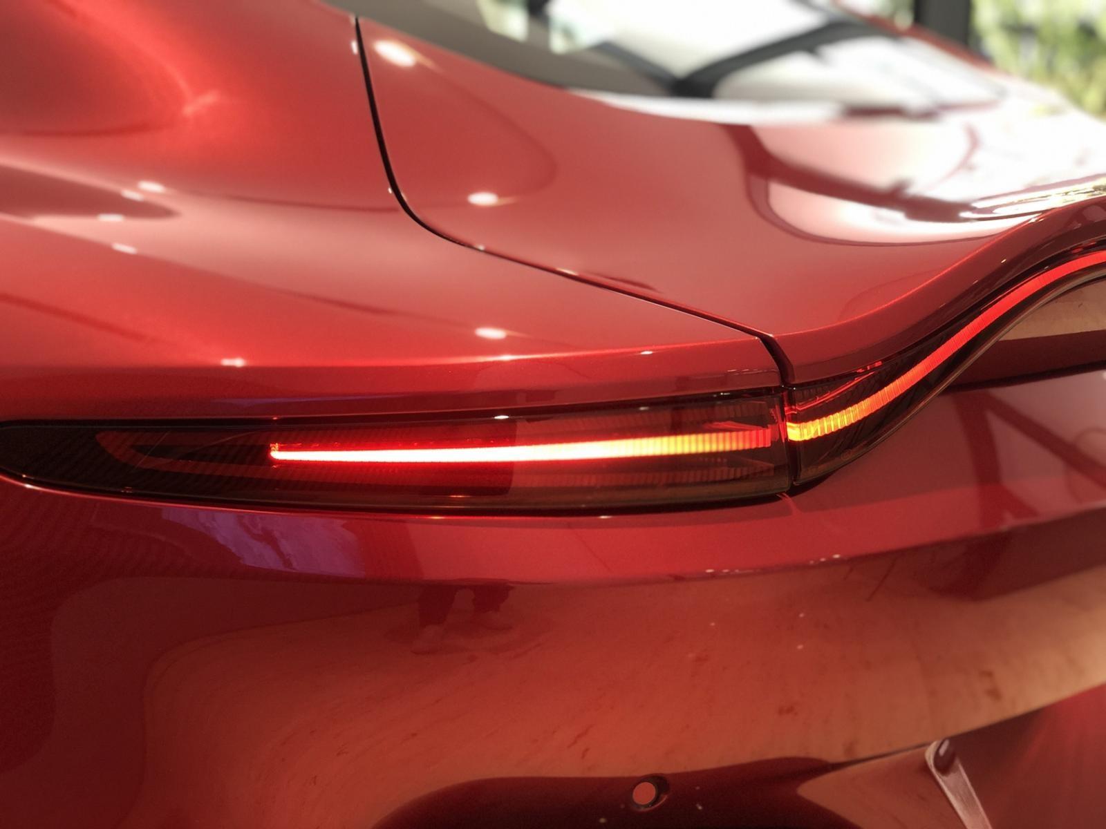 Đèn hậu LED thiết kế điệu đà của Aston Martin V8 Vantage 2018