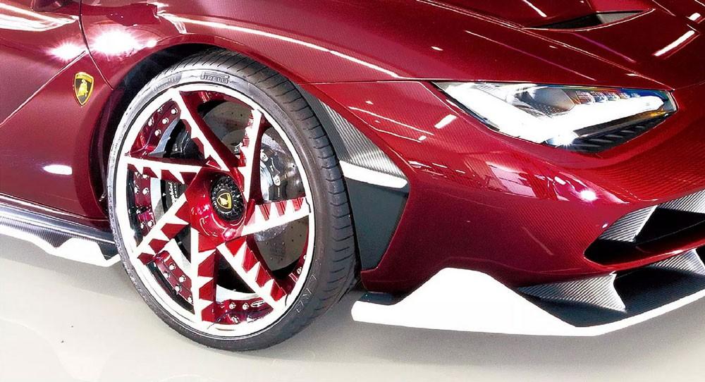 Bộ mâm này sơn màu đỏ rượu và trắng nhằm tông xuyệt tông ngoại thất xe