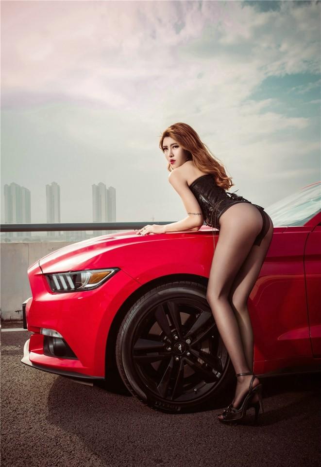 Hot girl thản nhiên diện nội y gợi cảm để xin đi nhờ xe Ford Mustang - 2