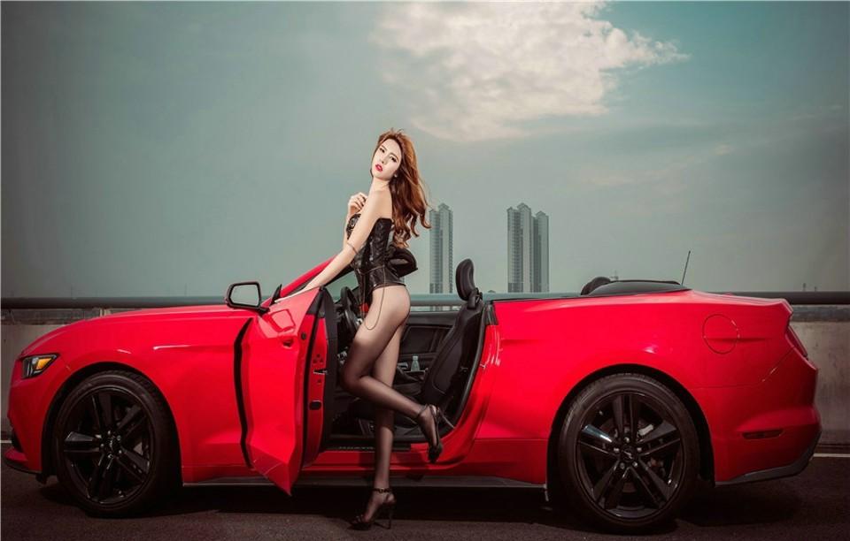 Hot girl thản nhiên diện nội y gợi cảm để xin đi nhờ xe Ford Mustang