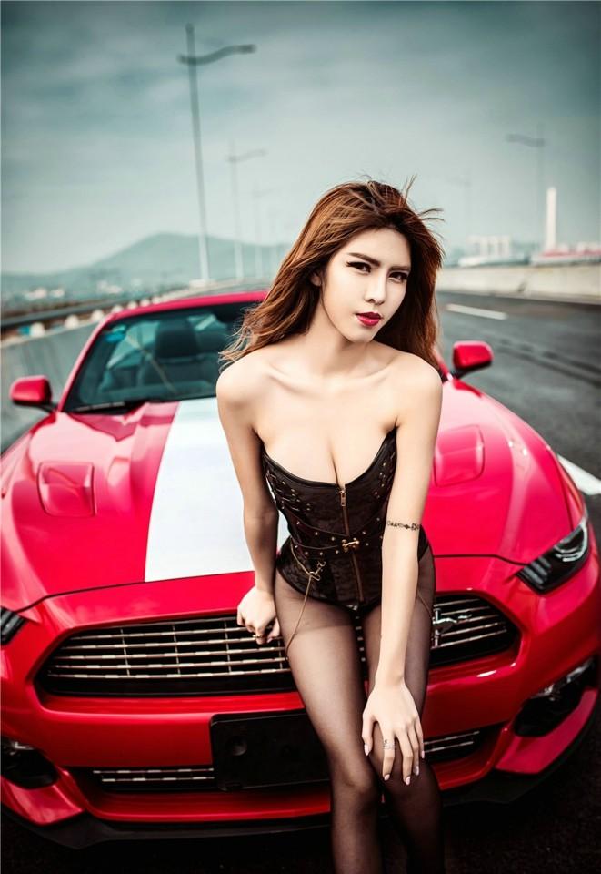 Hot girl thản nhiên diện nội y gợi cảm để xin đi nhờ xe Ford Mustang - 8