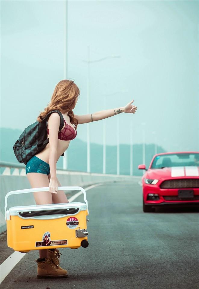 Hot girl thản nhiên diện nội y gợi cảm để xin đi nhờ xe Ford Mustang - 5