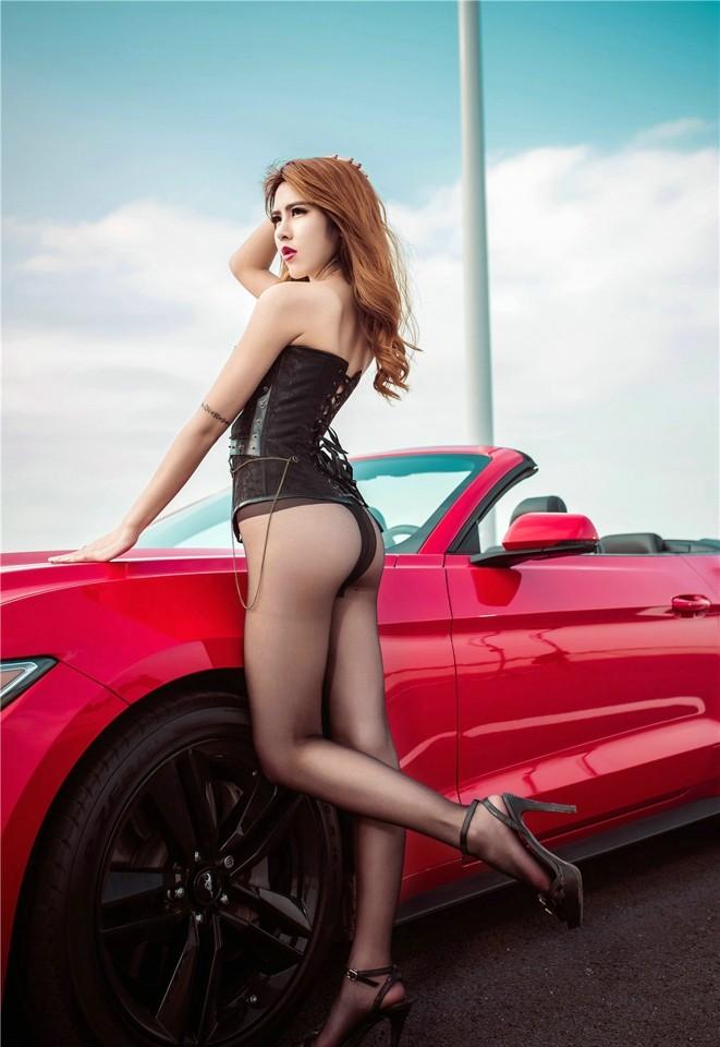 Hot girl thản nhiên diện nội y gợi cảm để xin đi nhờ xe Ford Mustang - 11