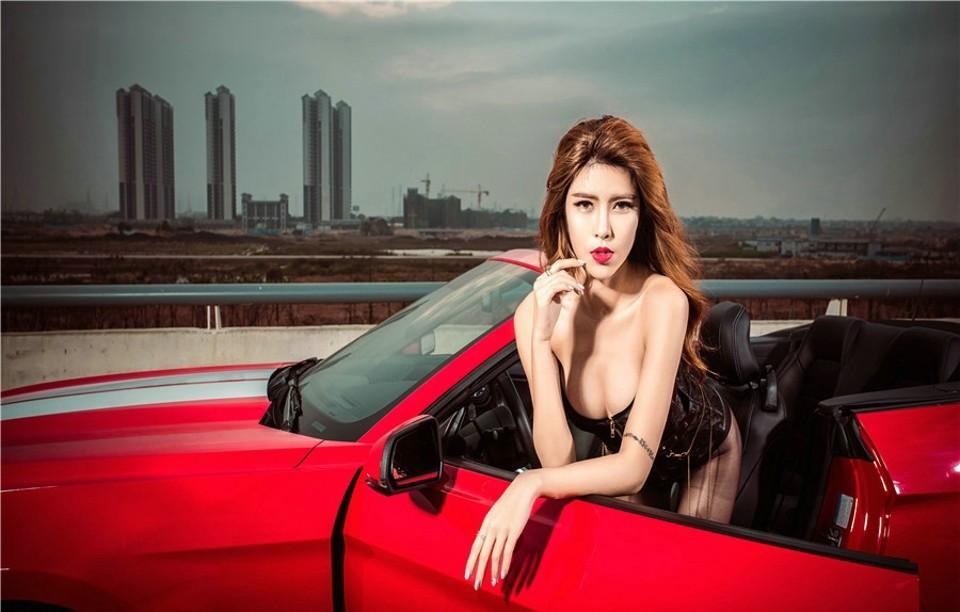 Hot girl thản nhiên diện nội y gợi cảm để xin đi nhờ xe Ford Mustang - 3