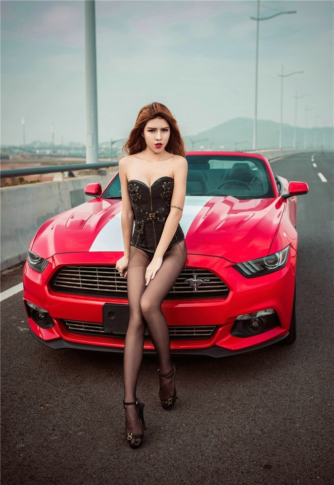 Hot girl thản nhiên diện nội y gợi cảm để xin đi nhờ xe Ford Mustang - 13