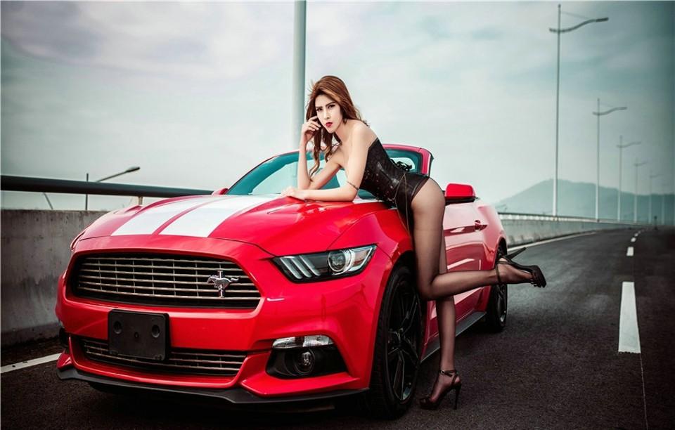Hot girl thản nhiên diện nội y gợi cảm để xin đi nhờ xe Ford Mustang - 12