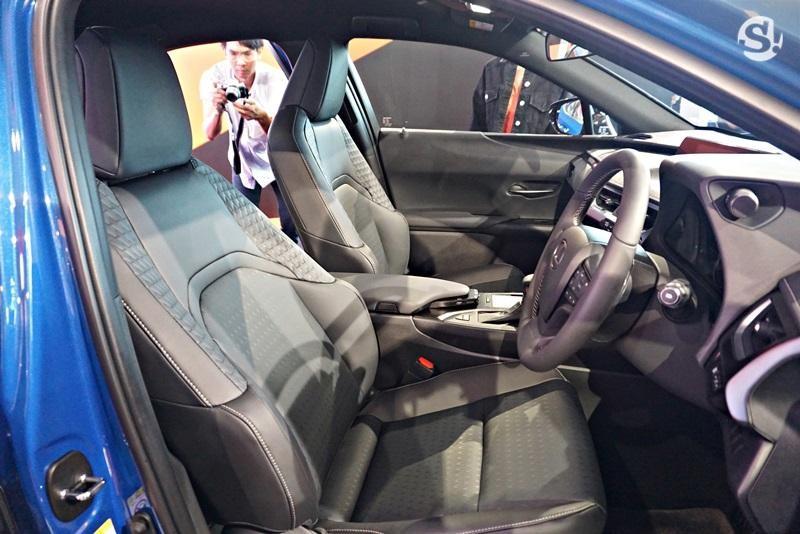 Hàng ghế trước bọc da của Lexus UX 2019