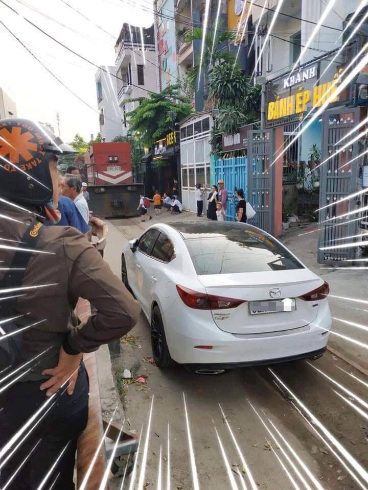 Nhân viên đường sắt và người dân phải chia nhau đi tìm tài xế của chiếc Mazda3