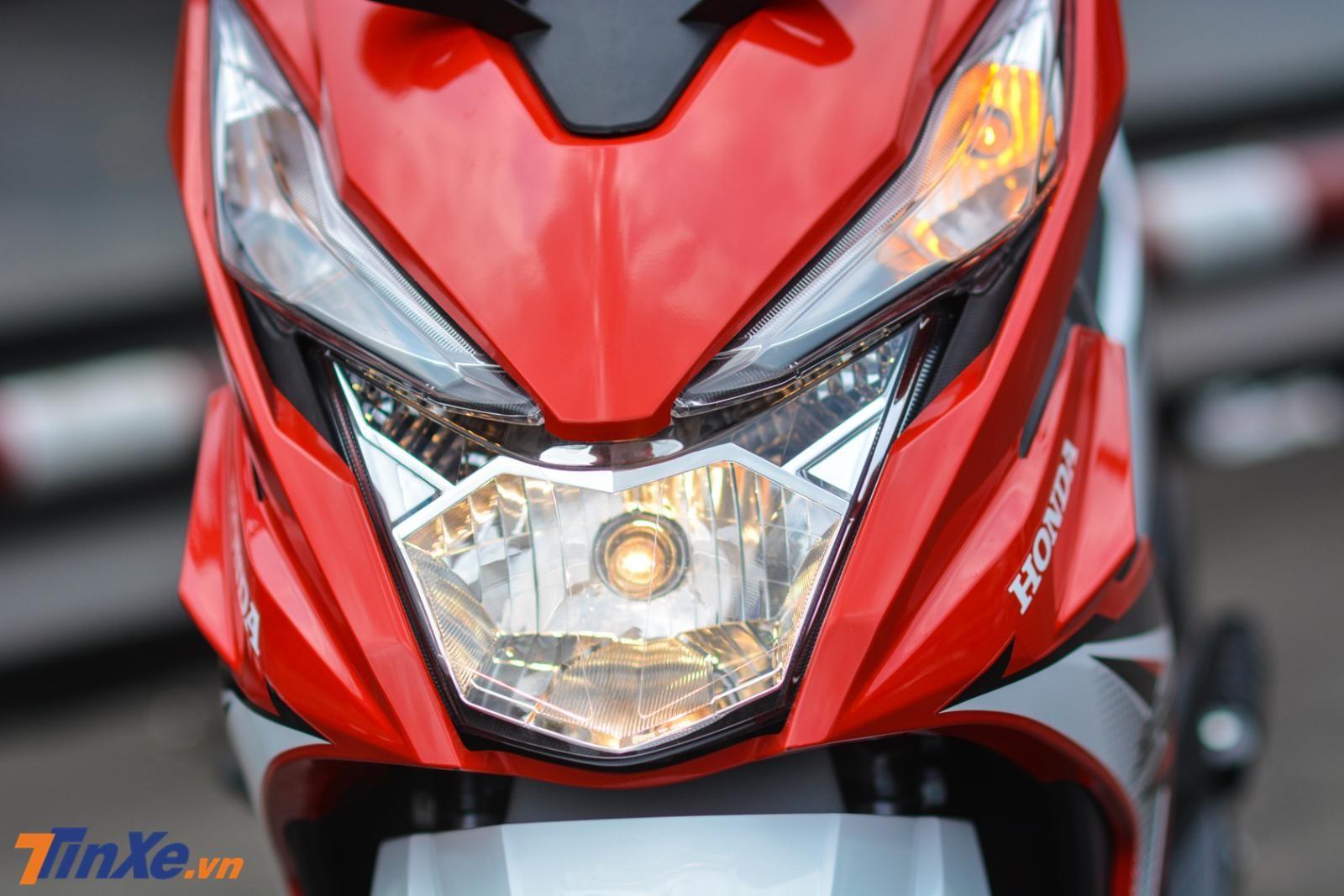 Đèn pha thiết kế đơn giản và sử dụng bóng halogen. Phía trên là 2 đèn xi-nhan