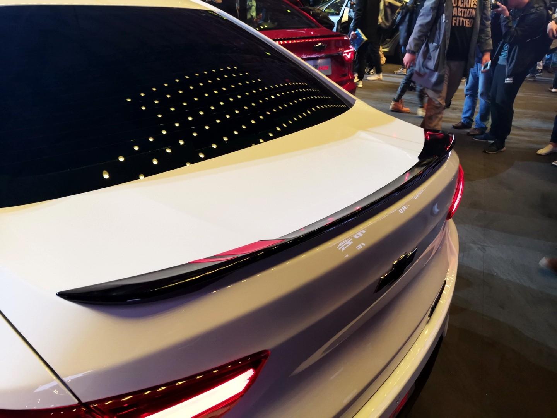 Cánh gió màu đen trên nắp cốp sau của Chevrolet Onix 2019