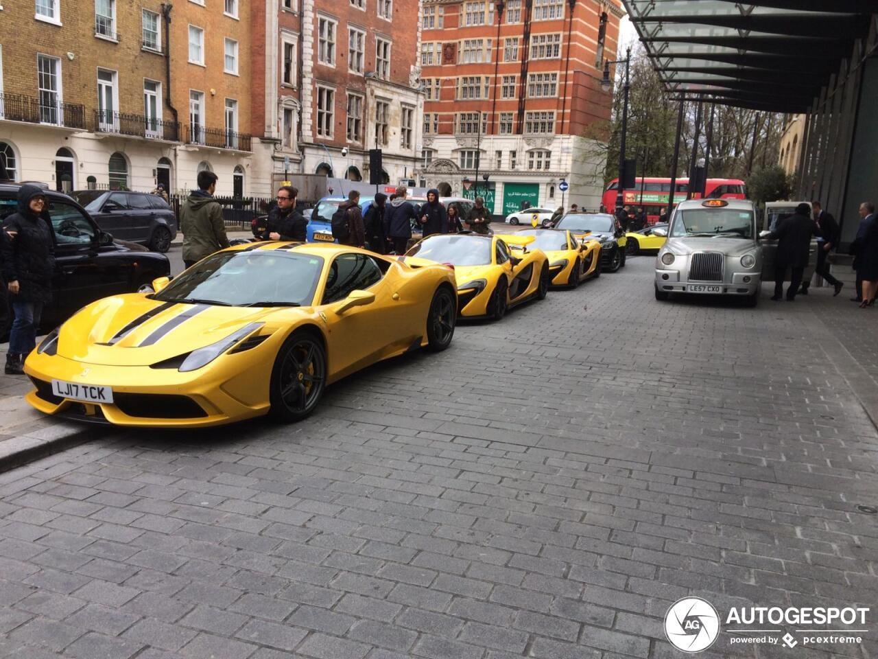 Bộ tứ siêu xe triệu đô màu vàng trên đường phố London