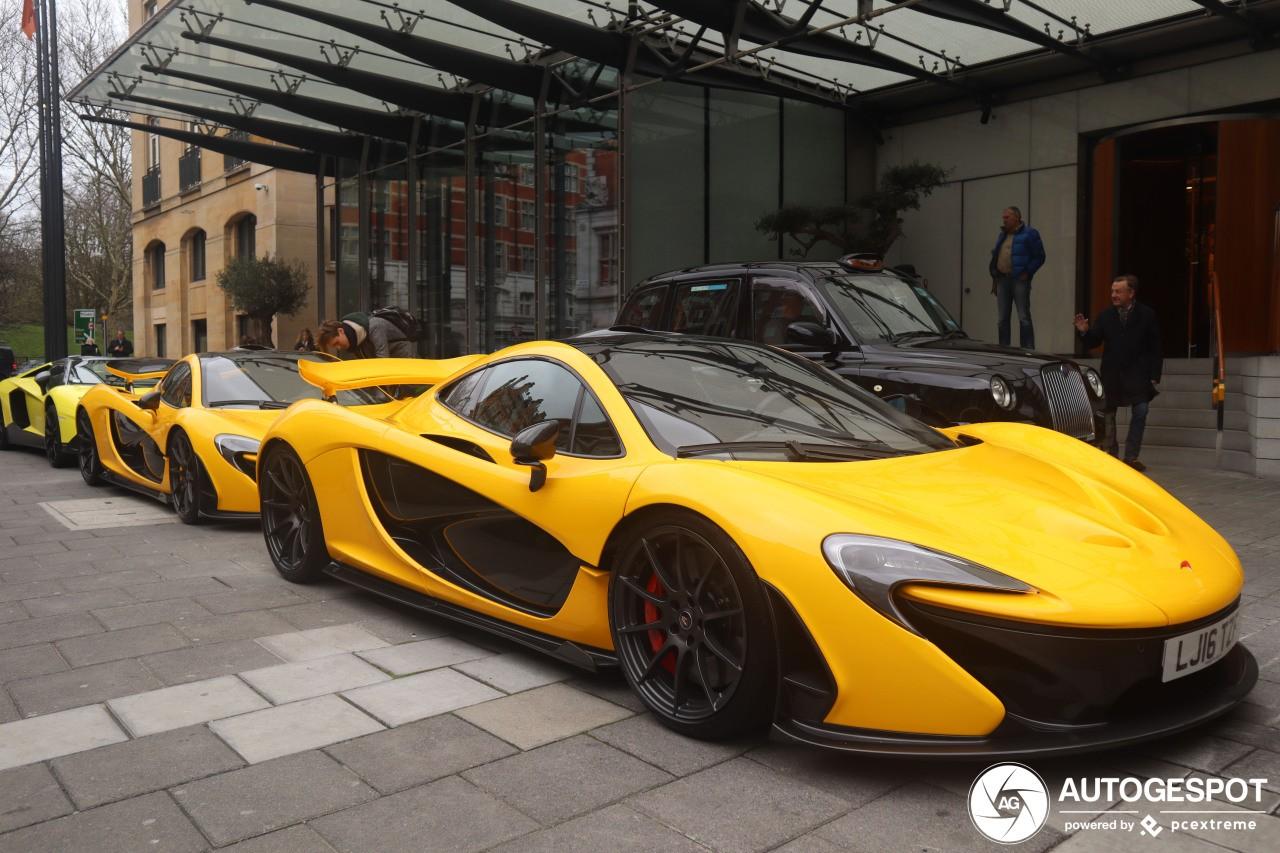 2 chiếc McLaren P1 màu vàng và chốt đoàn là Lamborghini Aventador LP720-4 Roadster 50° Anniversario chỉ có 100 chiếc sản xuất trên thế giới