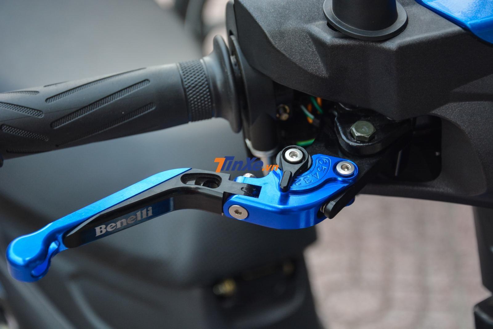 Với số tiền độ thêm 3 đến 4 triệu đồng, các khách hàng sẽ có chiếc Benelli RFS 150i với tay thắng độ chỉnh 6 cấp màu xanh dương rất đẹp mắt