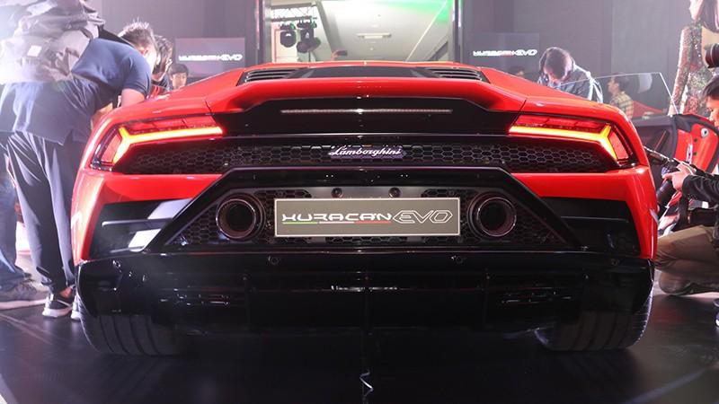 Lamborghini Huracan EVO 2020 có giá bán tại Thái Lan lên đến 24,59 triệu Baht, tương đương 17,99 tỷ đồng, đắt gấp 3 lần giá xe ở Anh và Mỹ